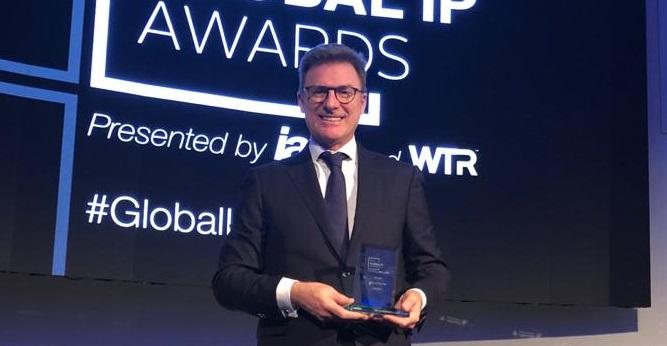 El socio Joao Miranda de Sousa, responsable de Garrigues Portugal, recogió el premio.