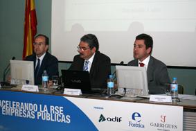 Jesús de la Morena, a la izquierda, junto a Juan José Barrera (Ministerio de Economía) y Juan Pedro Galiano (Adif)