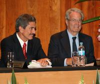 Antonio Garrigues se dirige al público en presencia de Antonio Rangel, rector del Tecnológico de Monterrey.