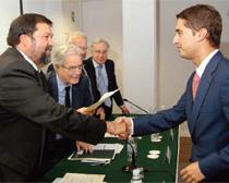 Fernando Caamaño, ministro de Justicioa, entrega el premio a Carlos Martínez Lizán, ganador en la modalidad de profesionales