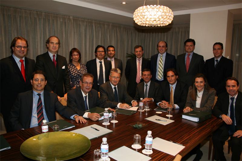 José María Alonso y Miguel Gordillo, acompañados por Juan Manuel Llorens y parte de  su equipo durante la firma de integración.
