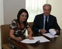 Marta Cardona, presidenta de la Asociación Española de Fundraising, y Antonio Garrigues, presidente del despacho, durante la firma del acuerdo.