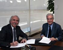 Antonio Escámez y Antonio Garrigues, durante la firma del acuerdo en la sede corporativa de Garrigues