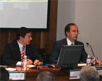 Pedro Calvo, delegado de Seguridad y Movilidad del Ayuntamiento de Madrid, a la derecha de la imagen, escucha a Jesús de la Morena, socio de Garrigues