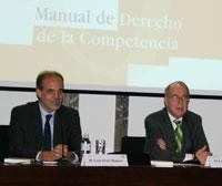 Luis Ortiz, socio de Garrigues, y Luis Berenguer, presidente de la Comisión Nacional de la Competencia, durante la presentación de la oba.
