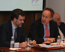El coordinador del Observatorio, Felipe Yannone, conversa con Mikel Echavarren, consejero delegado de IREA.