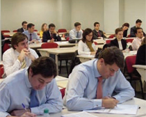 Alunos en una de las aulas de las instalaciones del Centro de Estudios Garrigues.