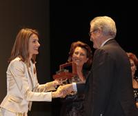 S.A.R. la Princesa de Asturias, doña Letizia Ortiz, entrega a Antonio Garrigues el galardón.