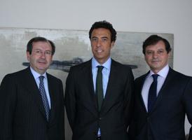 Enrique Grande, en el centro, acompañado por Fernando Vives y Carlos de los Santos