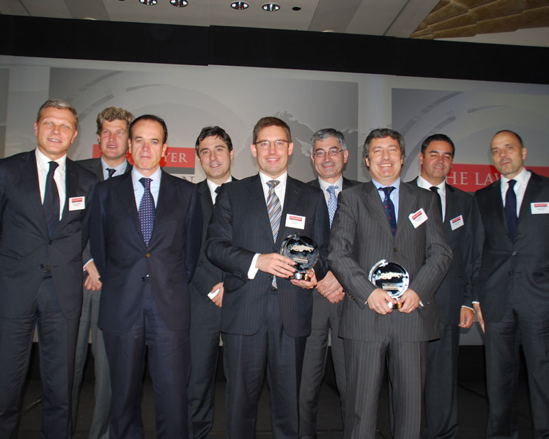 Fernando Rey and Alejandro Miquel, holding the accolades alongside the other partners who attended the ceremony yesterday night.