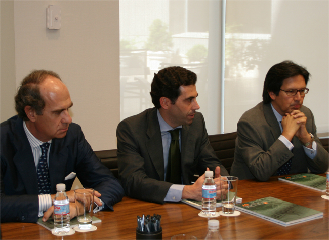 José María Alonso y Miguel Gordillo, socios directores de Garrigues, acompañan a Antonio Baena, socio de Medio Ambiente, durante la presentación.