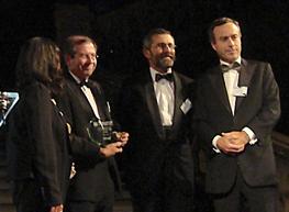 Fernando Vives e Ignacio Corbera, socio director y socio de la oficina de Londres, recogen, en el centro de la imagen, el premio