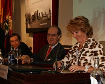 De derecha a izquierda, Esperanza Aguirre, presidenta de la CAM, José María Alonso, socio director de Garrigues, y Enrique López, del CGPJ,