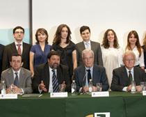 Francisco Caamaño y Antonio Garrigues junto a los premiados y otros miembros del jurado de los Premios Jóvenes Juristas del Centro de Estudios