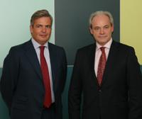 Jaime Fúster, socio de Garrigues, y Adam Szenjnfeld, secretario de Estado de Economía de Polonia, en la sede del despacho.