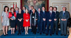La ministra Ana Pastor  junto a los premiados por la organización YPO