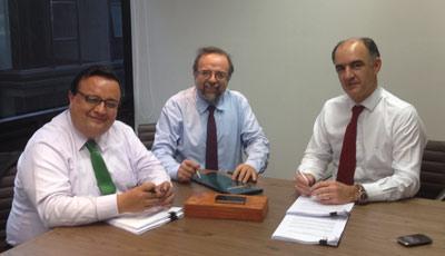 Fernando Zarama y Camilo Zarama, junto a Javier Ybáñez, durante la firma del acuerdo